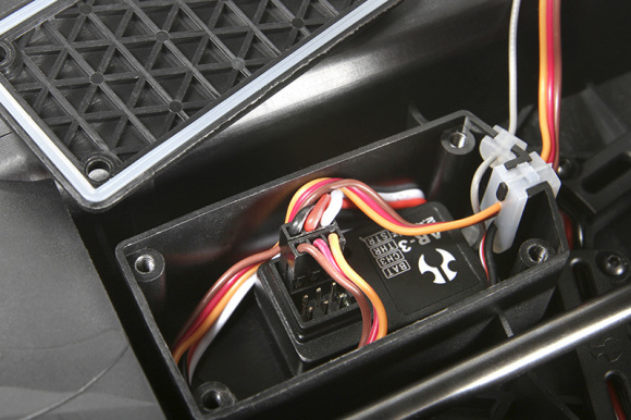 RECEIVER BOX, WATERPROOF A waterproof receiver box is integrated into the bottom of the Yeti XL™ chassis. Three different silicone seals are included, one for the antenna, one for the servo wires (includes three slots for three channels), and one acts as a gasket for the receiver box cover. No more stress when running in mud, water, or snow!